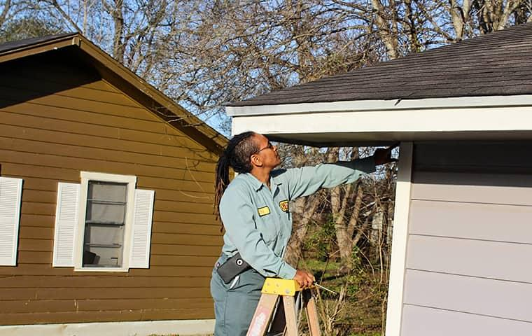 a technician checing a home in orangefield for pests