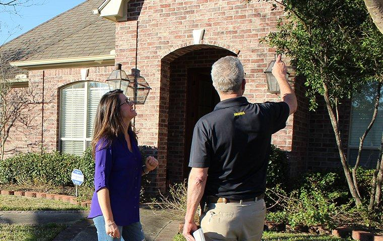pest control expert talking to customer