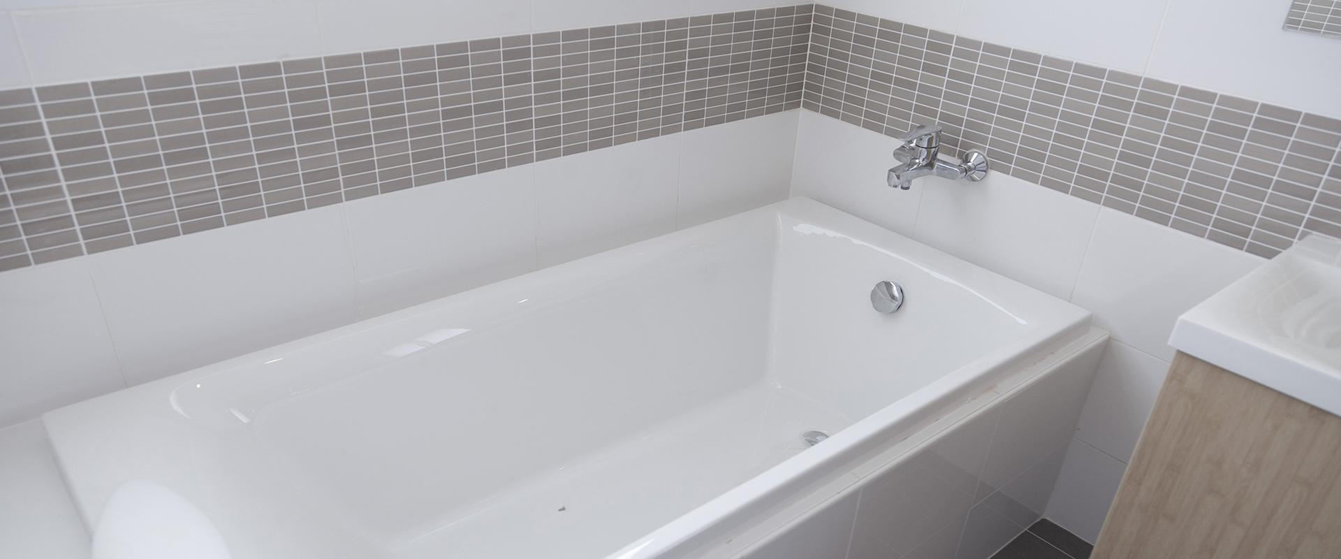 a white bath tub