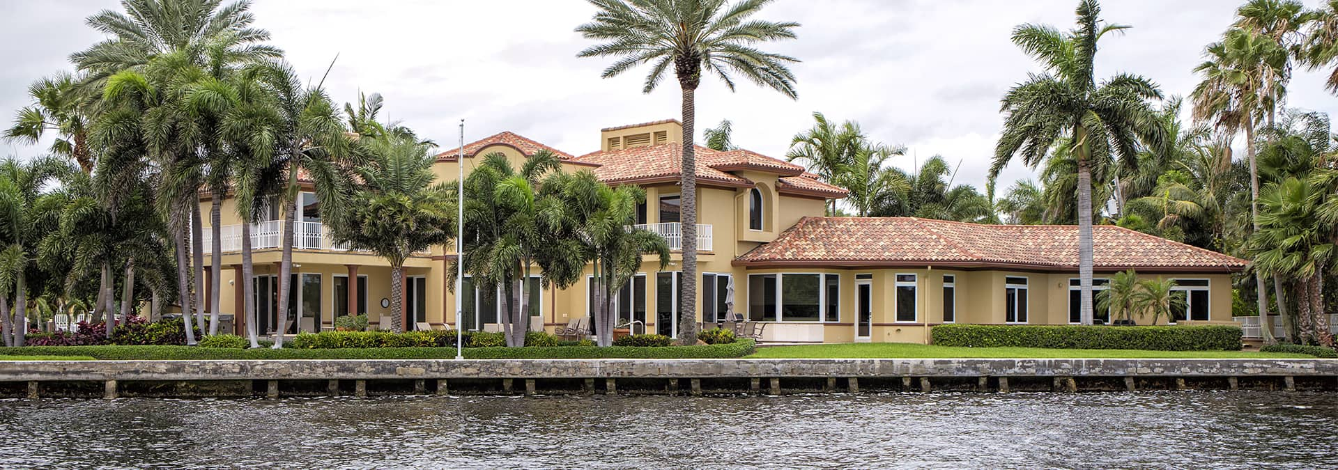 a large waterfront house in middleburg florida