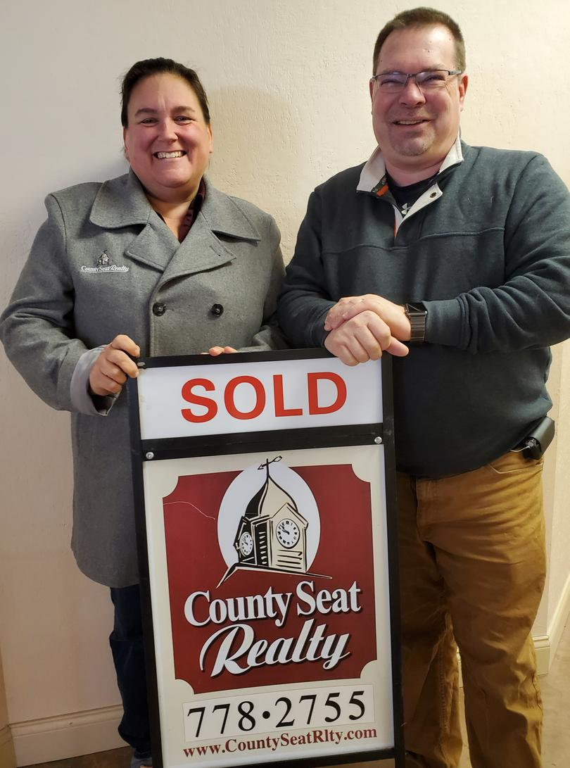 Jodi and Chris Hollingsworth of County Seat Realty are sold on United Way! They are proud members of the United Way Corporate Champion Circle two years in a row.