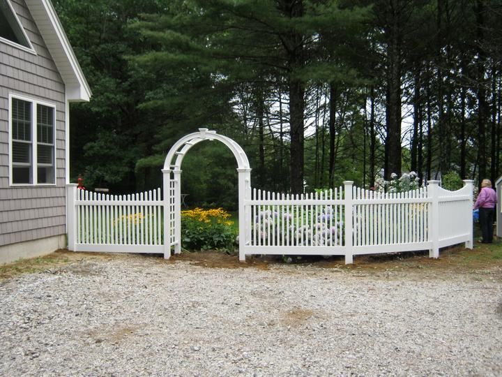 Photo #192, 4' Scalloped Chestnut Picket with Arbor