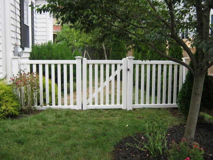 Photo #196, 4' Greenbrier Picket with Gate and New England Style Post Caps