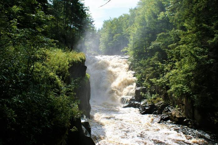 Rainbow falls- summer (Credit: Wm Hill/Hiking the trail to yesterday)