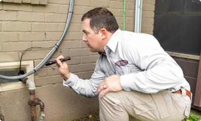 dallas pest control tech inspecting pest entry points