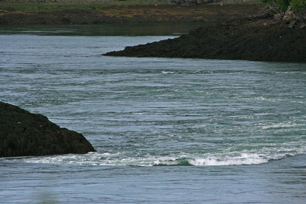 Wave Break at Nasty Tidal Whirlpool (Credit: L. L. Wall @ Panoramio)