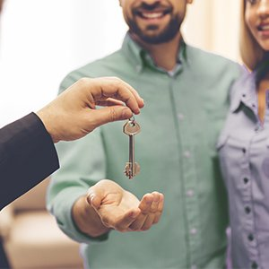 realtor handing homeowners keys