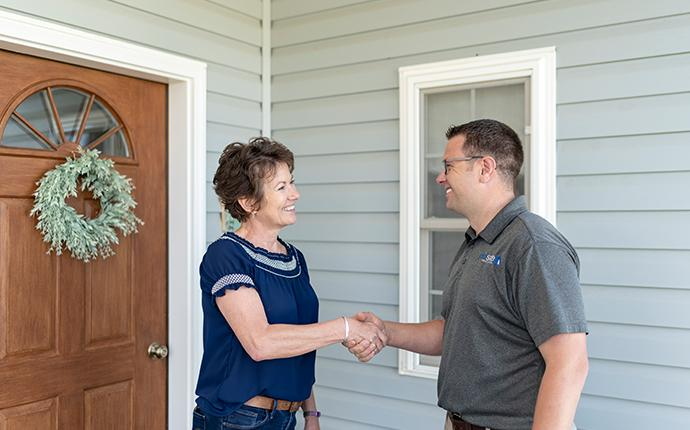 prosite pest control technician meeting with customer outside their yakima washington home