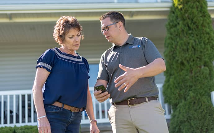 a prosite pest control service expert with a residential homeowner in sunnyside