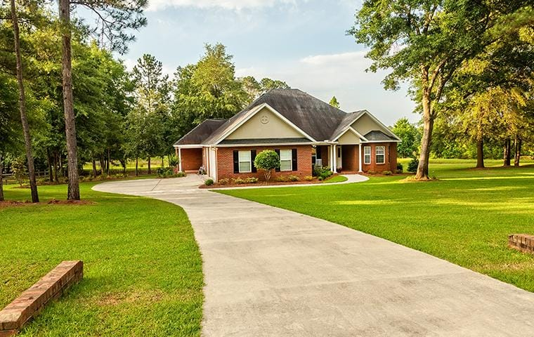 a drive way leading to a home in jackson mississippi
